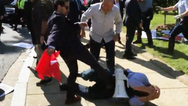 Erdogan-Schläger prügeln auf Demonstranten ein (Bild: twitter.com)
