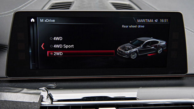 Im iDrive lässt sich zwischen Hinterrad- und zwei Allradantriebsauslegungen wählen. (Bild: BMW)