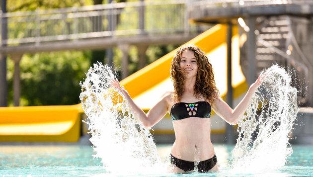 Lisa posierte ungestört für unseren Fotografen im Welser Freibad. Ins Wasser will noch kaum jemand. (Bild: Markus Wenzel)