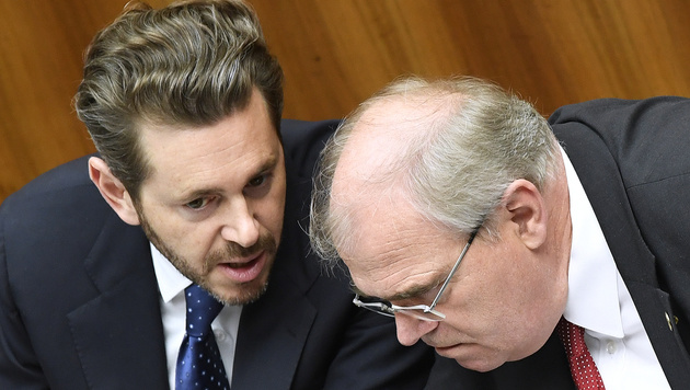 Vizekanzler Wolfgang Brandstetter (re.) und Wirtschaftsminister Harald Mahrer (Bild: APA/ROBERT JAEGER)