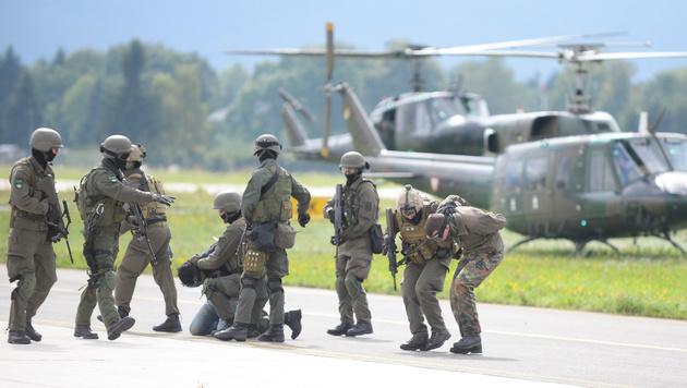 Soldaten des Jagdkommandos des Österreichischen Bundesheeres während einer Übung in Zeltweg. (Bild: APA)