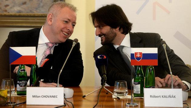 Die Innenminister Tschechiens und der Slowakei, Milan Chovanec und Robert Kalinak (Bild: AFP)