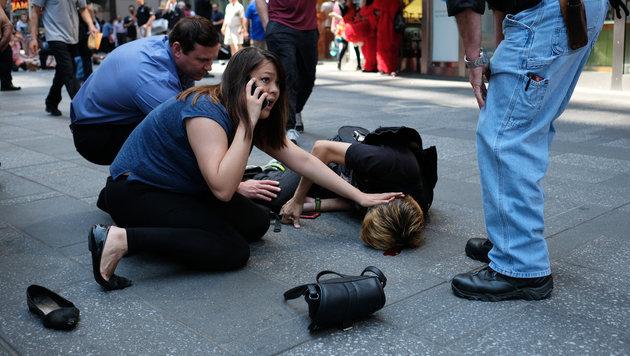 Passanten als Ersthelfer auf dem Times Square (Bild: AFP)