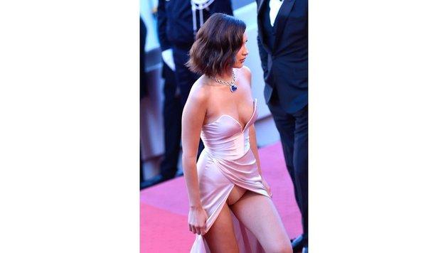 Am Red Carpet präsentiert Hadid nicht nur ihre Robe, sondern auch, was sie drunter trägt. (Bild: Viennareport)