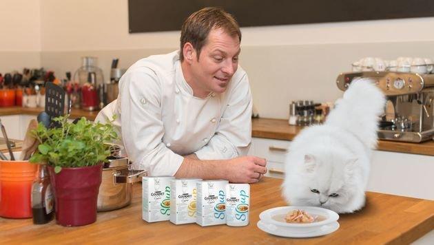Starkoch Bernie Rieder kocht die neuen Gourmet Suppen für die zweibeinigen Besitzer nach. (Bild: Purina PetCare Austria/Doron Nadav)