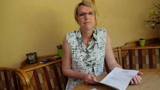 Nicole B. muss nach der Operation vorerst ein Korsett tragen. (Bild: Horst Einšder)
