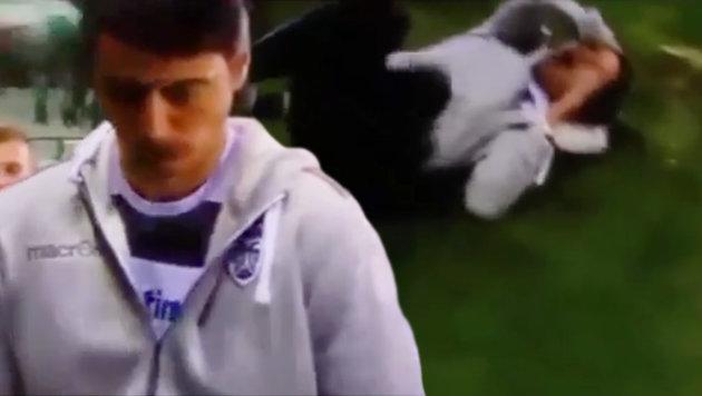 PAOK-Trainer von Bierdose getroffen - Spielabbruch (Bild: YouTube.com)