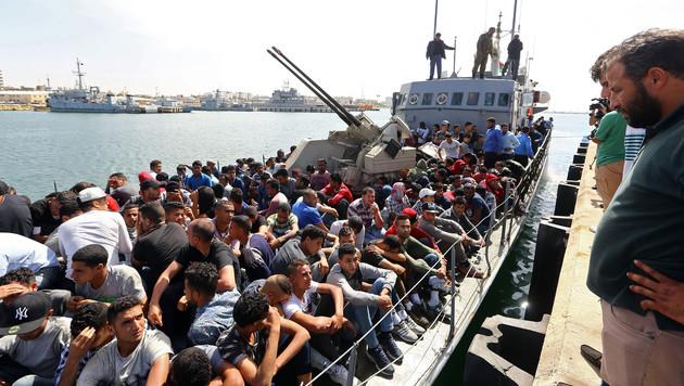 Bootsflüchtlinge Anfang Mai 2017 im Hafen von Tripolis (Bild: AFP)