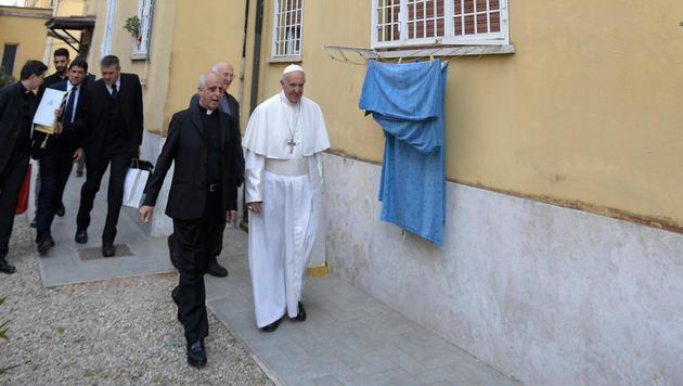 Papst besuchte spontan Familien in Rom (Bild: AP)