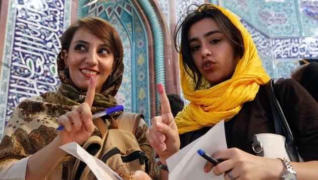 Zwei Frauen nach der Stimmabgabe in Teheran (Bild: EPA)