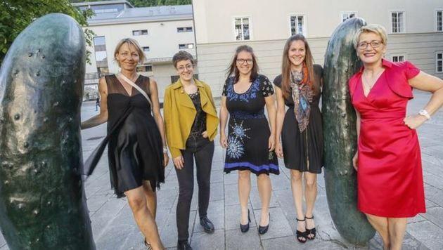 Produktionsleiterin Susanne Tiefenbacher mit ihrem Team (Bild: Markus Tschepp)