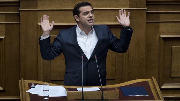Premier Alexis Tsipras versuchte im Parlament, die wütende Opposition zu besänftigen. (Bild: AP)