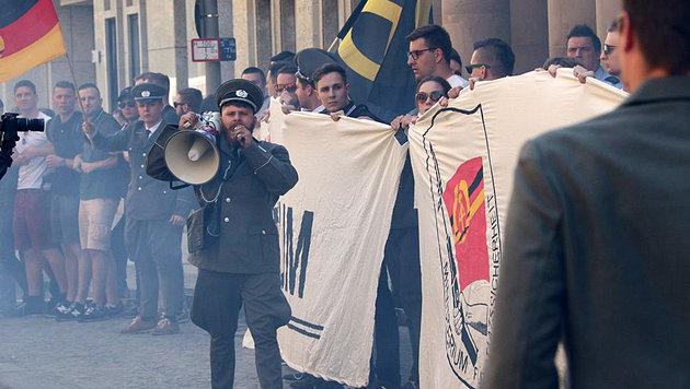 Einige der Aktivisten traten in DDR-Polizeiuniform auf. (Bild: twitter.com)