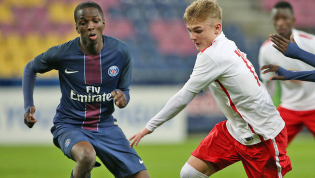 Dembele (links) in der UEFA Youth League im Zweikampf mit Jung-Salzburger Philipp Sturm (Bild: GEPA)