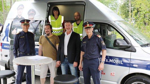 Tomac, Hennermann (Verein für Obdachlose), Peer (Stadtpolizei) & Kirchler beim Polizei-Mobil. (Bild: Polizei)