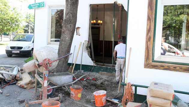 Pkw kracht in Wirtshaus: Lenkerin schwer verletzt (Bild: Andi Schiel)