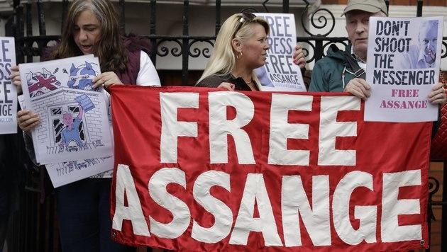 Kundgebung vor der Botschaft (Bild: AP)