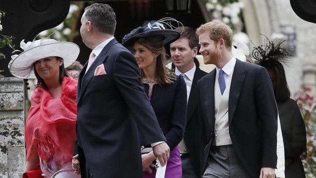 "Prinz Harry ""single"" beim Verlassen der Kirche (Bild: AP)"