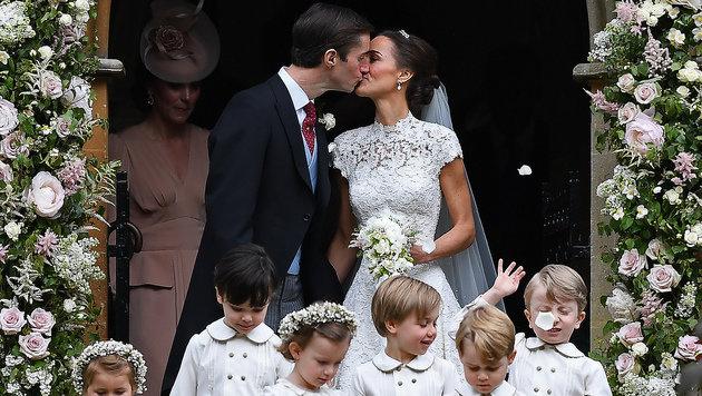 Der erwartete Kuss für die Fotografen (Bild: AFP)