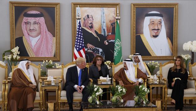 Allerhöchster Pomp der Saudi-Dynastie für die Gäste: Donald Trump, König Salman, First Lady Melania (Bild: AP)