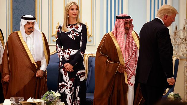 """Auch Ivanka Trump pfiff aufs Kopftuch: """"Endlich eine echte Frau bei uns"""", schrieb ein Twitter-User. (Bild: AP)"""