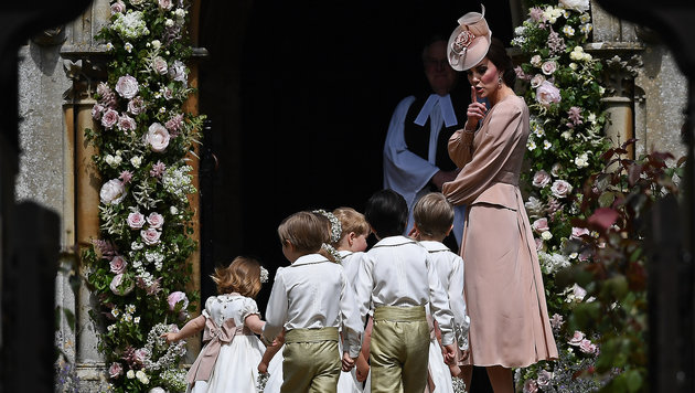 Herzogin Kate mahnt die Kinder zur Ruhe. (Bild: AFP)