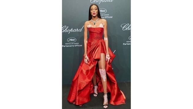 Traum in Rot: Model Winnie Harlow in einer Zuhair-Murad-Robe (Bild: Starpix/Alexander Tuma)