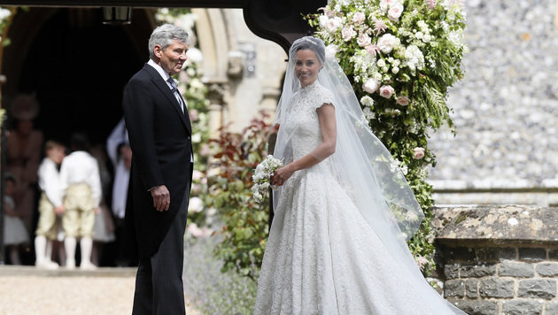 Pippa mit ihrem Vater Michael am Eingang der Kirche, im Hintergrund warten die Blumenmädchen. (Bild: AP)