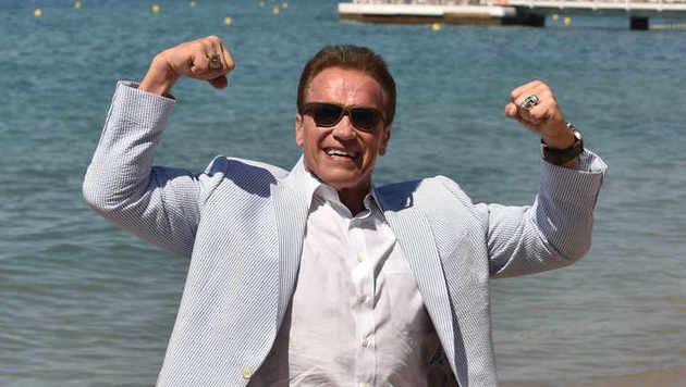 """""""Steirermen san very good"""": Arnie ließ in Cannes am Strand seine Mukis spielen. (Bild: Starpix/Alexander Tuma)"""