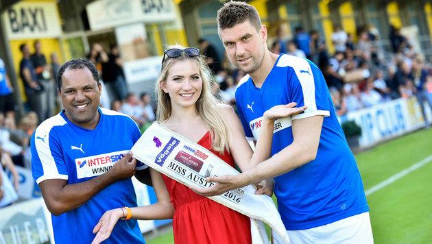 Ailton, Miss Austria Dragana Stankovic und Ivan Klasnic (rechts). (Bild: Markus Wenzel)