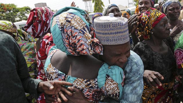 Freigelassene Mädchen wieder mit Familien vereint (Bild: AFP)