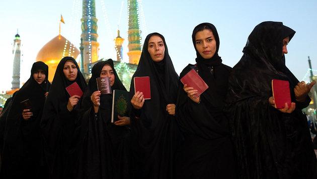 Frauen vor einem Wahllokal (Bild: AFP/Ali Shaigan)