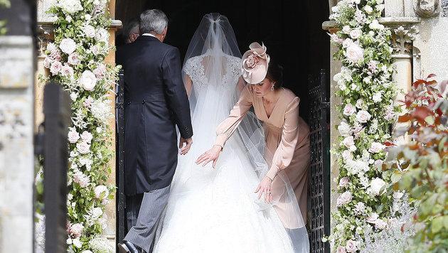 Kate richtet ihrer Schwester den Schleier, wie diese damals bei ihr. (Bild: AP)