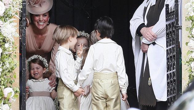 Die Schwester der Braut, Herzogin Kate, mit ihrer Tochter Charlotte und den Blumenmädchen (Bild: AP)
