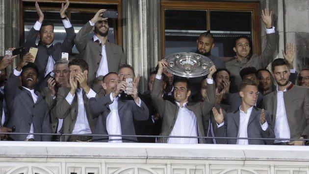 Tausende Fans feierten Lahm und die Meister-Bayern (Bild: AP)