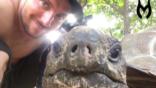ÖSV-Superstar Marcel Hirscher genießt seinen Urlaub mit einem tierischen Freund. (Bild: facebook.com)