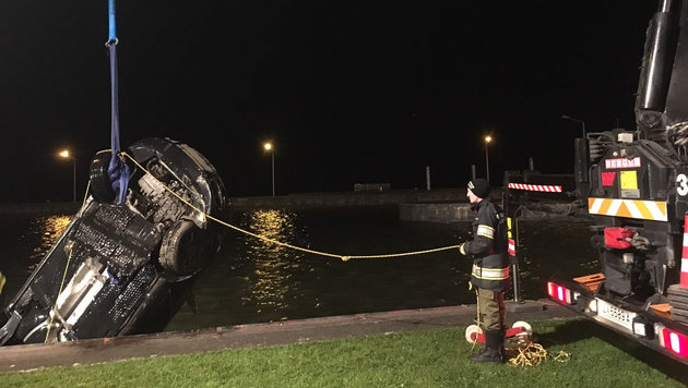 Mit dem Kranwagen konnten die Feuerwehrleute den versunkenen Audi aus der Donau ziehen (Bild: FF Alkoven)