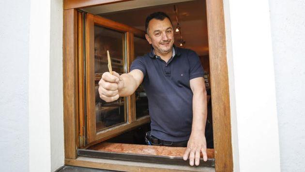 Nihad Halilovic bei dem aufgebrochenen Fenster. (Bild: Markus Tschepp)