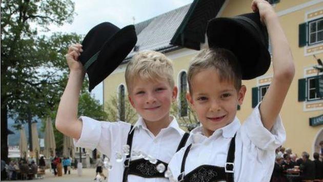 Testen den Trinkbrunnen schon einmal: Benjamin und Fabian (Bild: Franz Neumayr)