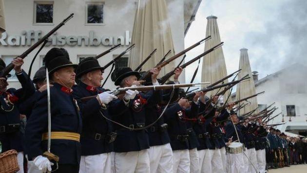 Die Schützen in Position: Sie gaben am nagelneuen Marktplatz ihre Ehrensalven ab. (Bild: Franz Neumayr)