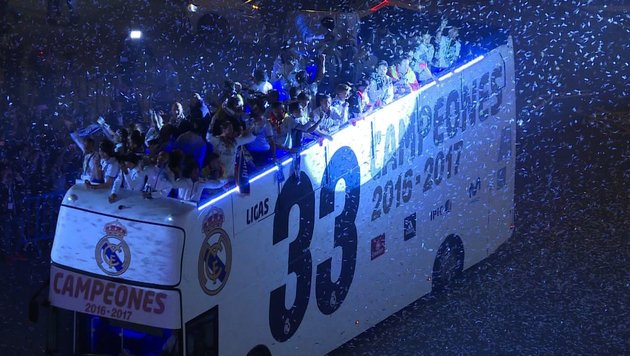 Wilde Feier: Real im offenen Bus durch Madrid (Bild: SID)