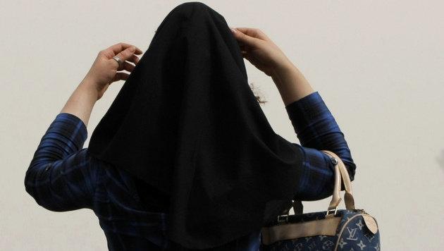 Kopftuch gewaltsam entfernt: Muslimin entschädigt (Bild: AFP)