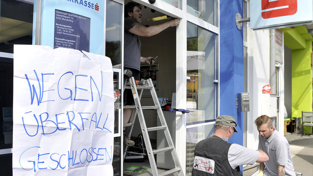 Die Bankomatdiebe ramponierten bei ihrem Coup in Munderfing den Eingang der Bankfiliale (Bild: Manfred Fesl)