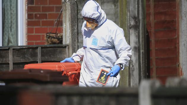 Forensiker im Haus des Manchester-Attentäters Salman Abedi (Bild: AP)