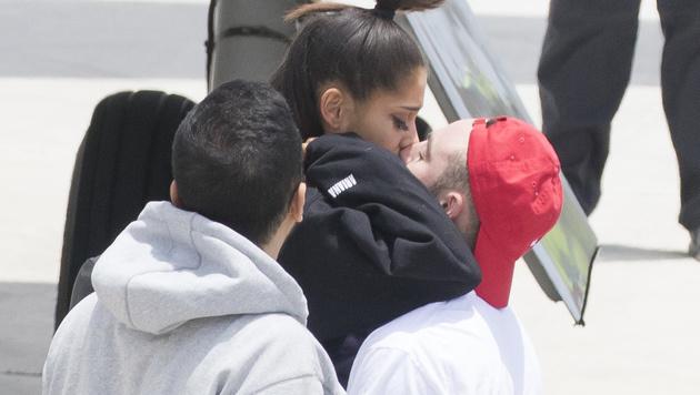 Ariana Grande lässt sich am Flughafen in Florida von ihrem Freund trösten. (Bild: Splash News)