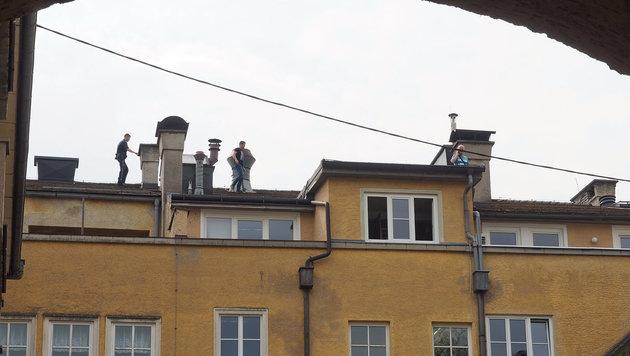 Polizisten gingen den Fluchtweg des Gauners nach. (Bild: Helmut Klein)