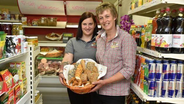 Kathrin Winkler mit Tochter Sandra im neu eröffneten Laden im Rauriser Ortsteil Wörth. (Bild: Wolfgang Weber)