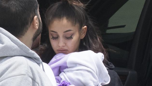 Der Schock nach dem Bombenattentat auf ihr Konzert steht Ariana Grande ins Gesicht geschrieben. (Bild: Splash News)