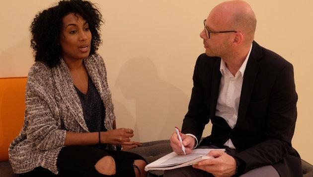 """Ana Milva Gomes beim Interview mit Andi Schwantner (Leitender Redakteur """"Krone"""") (Bild: Kronen Zeitung/ Chris Koller)"""