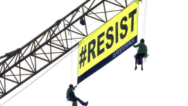 Wegen des Trump-Besuchs in Brüssel gingen diese Greenpeace-Aktivisten in die Luft. (Bild: AFP)